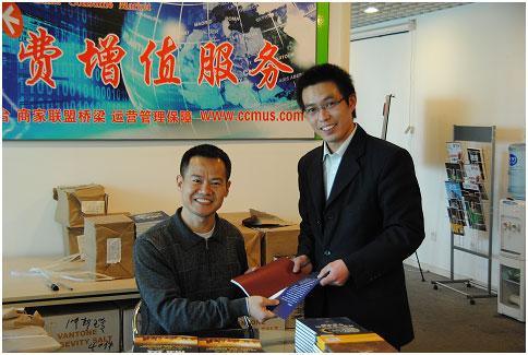 总裁安迪.樊为航凯(北京)电子商务市场管理部经理阮俊龙签书情景